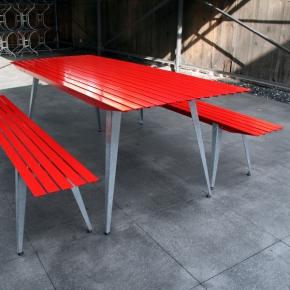 Gartenbank mit Tisch