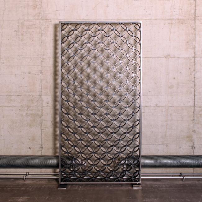 metall werk z rich ag viadukt raumtrenner mit muster. Black Bedroom Furniture Sets. Home Design Ideas