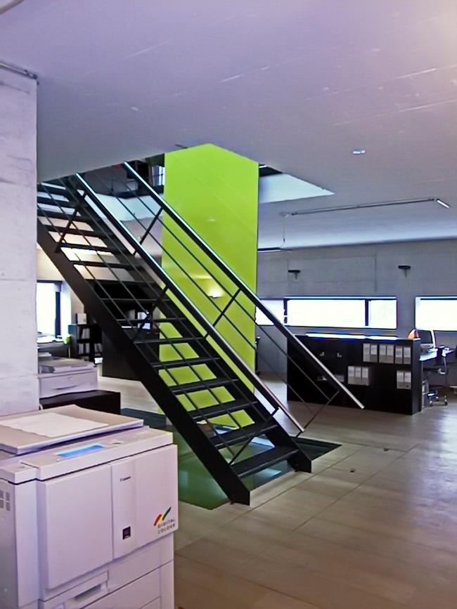 metall werk z rich ag treppe in b roraum mit gitterroststufen. Black Bedroom Furniture Sets. Home Design Ideas