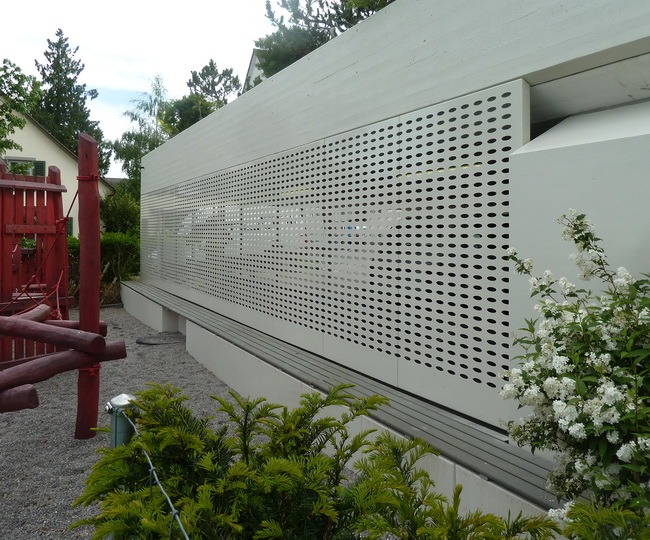 metall werk z rich ag sichtschutz mit sitzbank f r spielplatz bei gemeindehaus. Black Bedroom Furniture Sets. Home Design Ideas