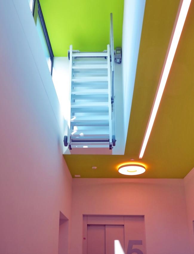 metall werk z rich ag treppe mit elektrischem antrieb. Black Bedroom Furniture Sets. Home Design Ideas
