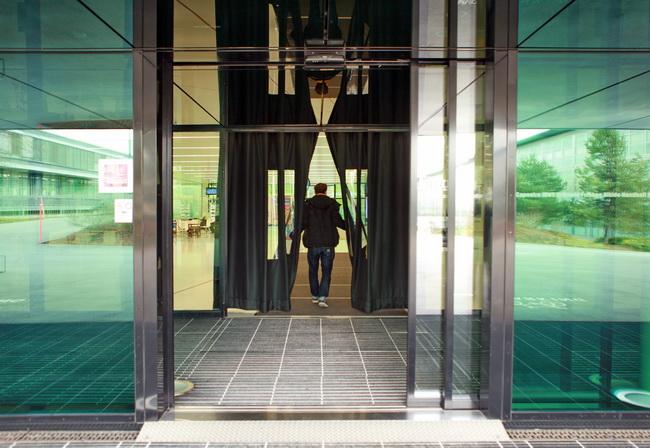 Metall Werk Zürich AG - Türvorhang mit Sichtfenster als Windfang